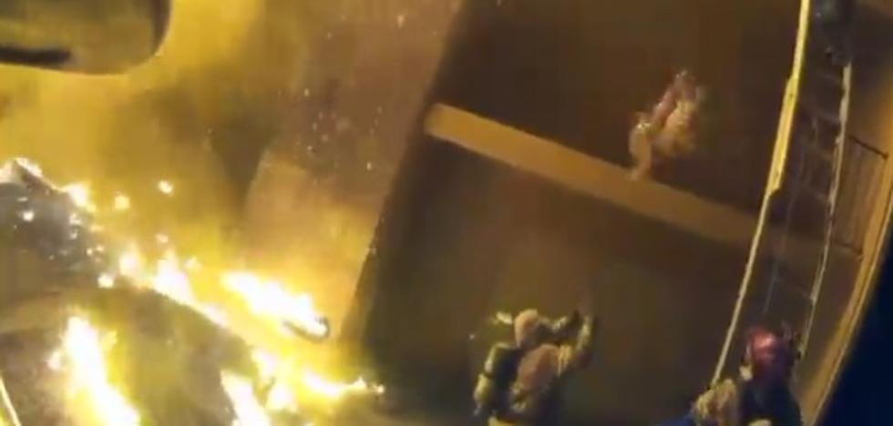 Un padre salva a sus 8 hijos de morir quemados lanzándolos por el balcón