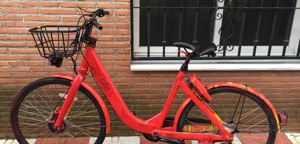 El vandalismo con las 'bicis' de alquiler en Granada no para: ahora pintadas de rojo