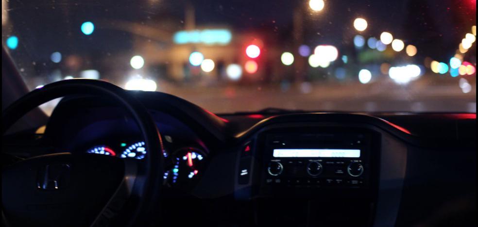 La Policía advierte de la cadena de Whatsapp que engaña a España: los coches con luces apagadas
