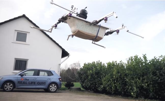 Genialidad: el chico que va en su drone-bañera a hacer los recados