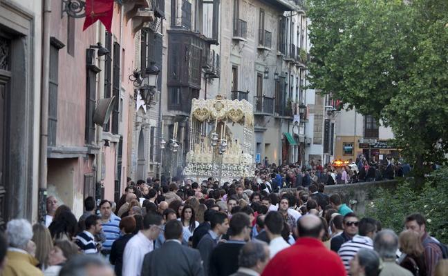 Reclaman a la cofradía de la Aurora 4.000 euros por dos accidentes en Granada con la cera de las velas