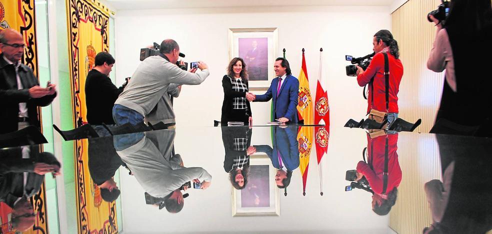 PP y Ciudadanos escenifican con una firma su 'contrato' de presupuestos para el año en curso