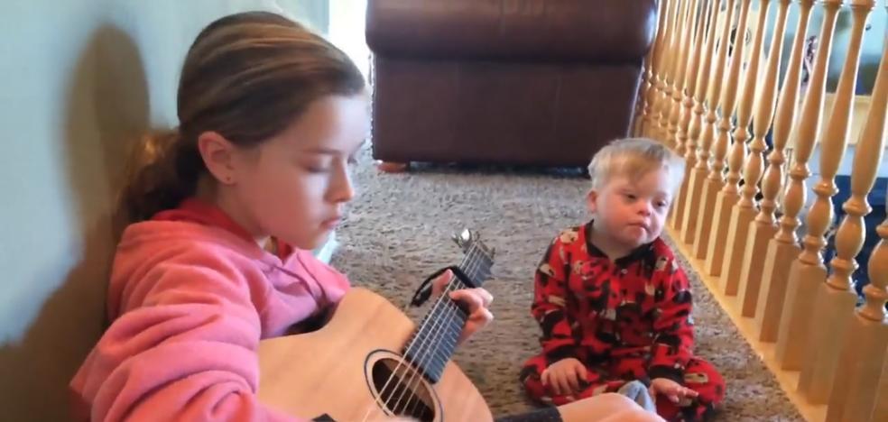El vídeo de las 41 millones de reproducciones: un niño con síndrome de Down logra hablar gracias a su hermana