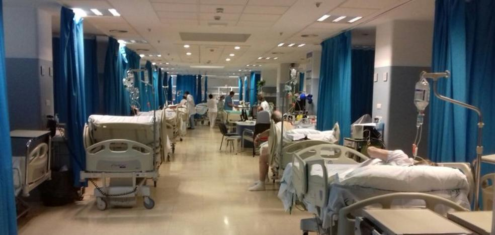 Torrecárdenas «ha dado» altas precipitadas tras «quedarse sin camas» en Urgencias