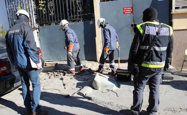 Arrestan a un vecino de El Ejido al tratar de regar 150 plantas de 'maría' con la Policía al lado