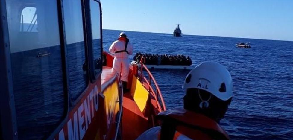 Ingresados en Almería dos de los rescatados tras el naufragio mortal de una patera, uno en la UCI