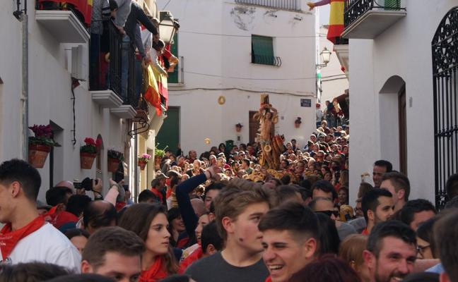 Lubrín honra a San Sebastián con su monumental lluvia de roscos de pan