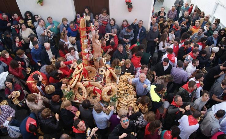 San Sebastián, patrón de Lubrín, recorrió ayer las calles bajo la lluvia de roscos de pan