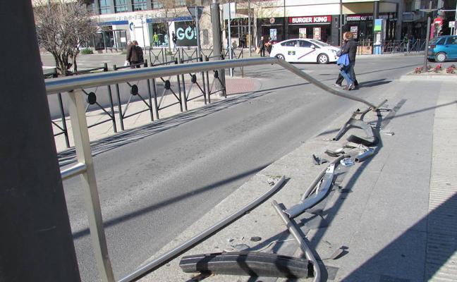 Destrozan la valla de una parada del tranvía