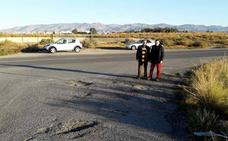 El PSOE exige al PP que mejore la seguridad y asfalte la carretera de acceso a la playa de El Alquián