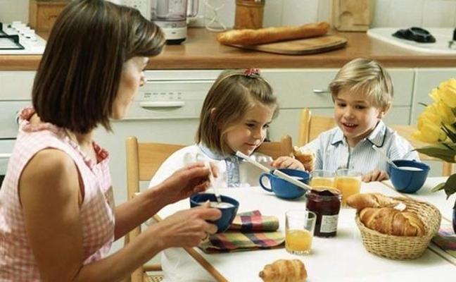 Aviso de los nutricionistas: el habitual error a la hora de dar el desayuno a nuestros hijos