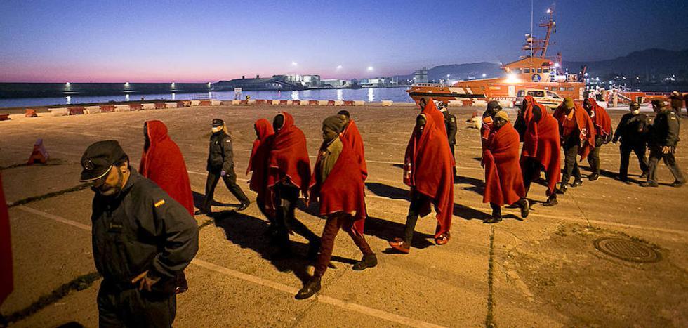 Llegan en buen estado a Motril las 34 personas rescatadas en Alborán