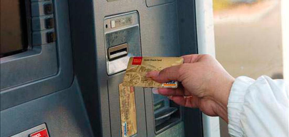 Una mujer roba la tarjeta a su jefe y le quita 1.200 euros