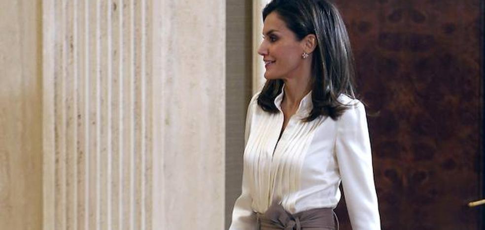 El pantalón de la Reina Letizia que reduce una talla arrasa en rebajas