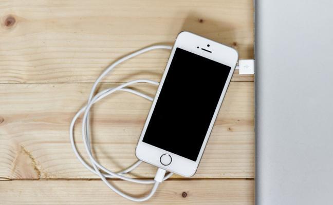 Una famosa cadena de electrodomésticos expuso para la venta un móvil con las fotos personales de su anterior propietaria