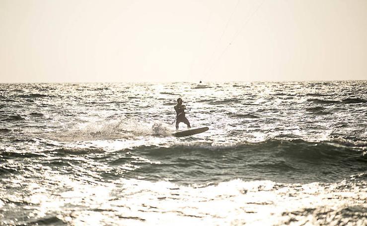Aficionados al kitesurf desafían al mal tiempo en la Costa
