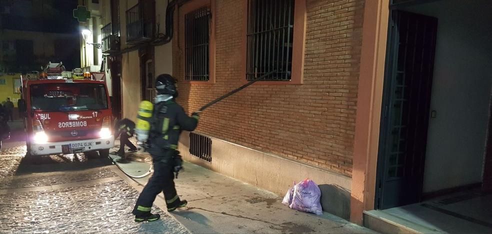Rescatan a un joven semiinconsciente en el incendio de una vivienda en Jaén