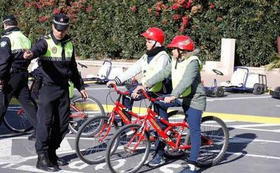 Menores en riesgo de exclusión disfrutan de una jornada sobre educación vial en el Parque Infantil de Tráfico de Almería