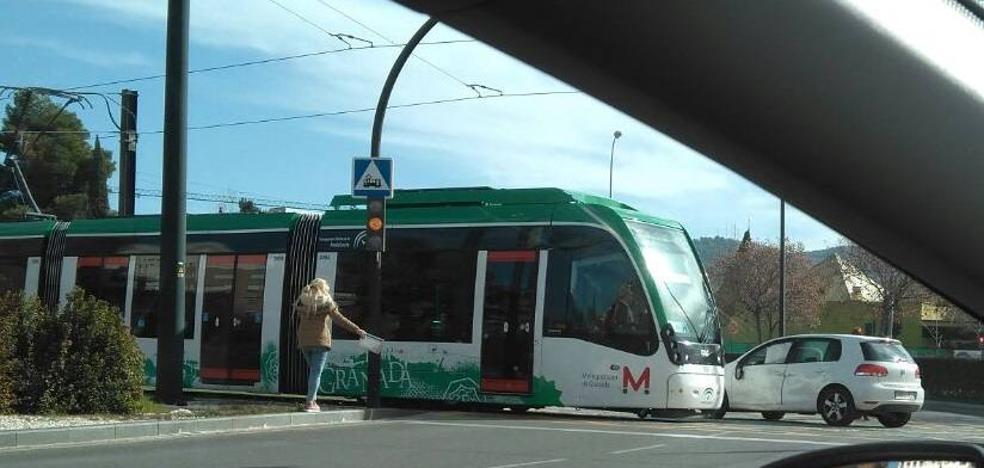 La conductora de un vehículo resulta herida leve tras colisionar con el metro