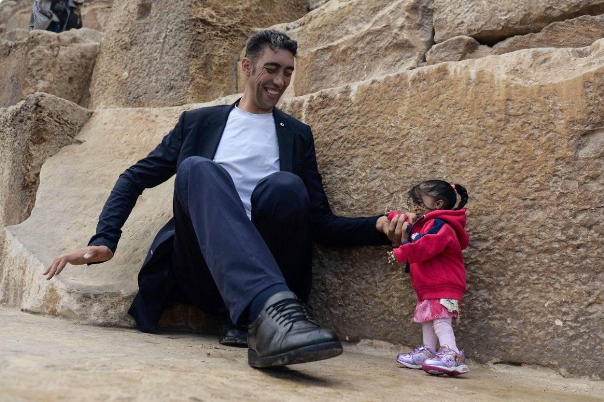 El hombre más grande del mundo y la mujer más pequeña se conocen
