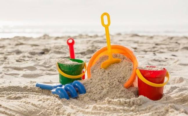 En estado crítico tras ser 'sepultado vivo' mientras excavaba un agujero en la arena de la playa