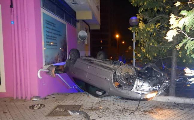 Un conductor borracho choca contra un edificio tras arrollar varios árboles al escapar de la policía