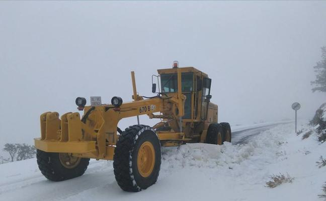 La nieve y el hielo dificultan el tráfico en carreteras de Almería