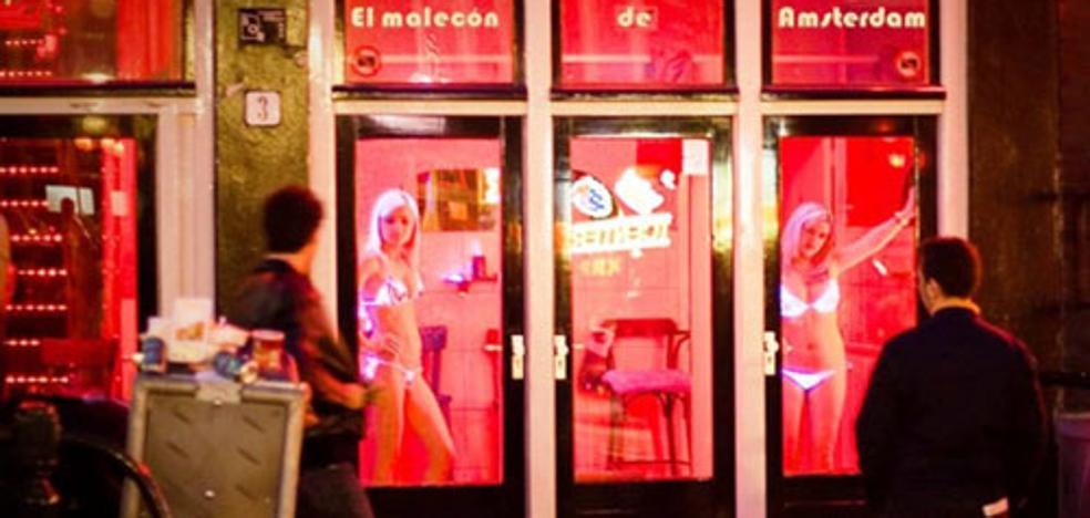 Prohibido mirar a las prostitutas en Amsterdam: hay que darles la espalda