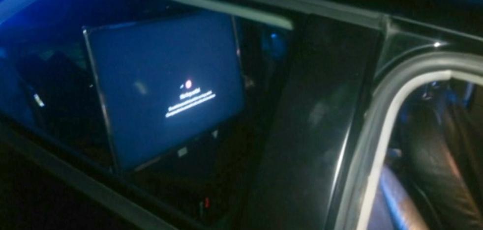 Paran a un conductor que llevaba un televisor de 32 pulgadas instalado en el asiento trasero del coche