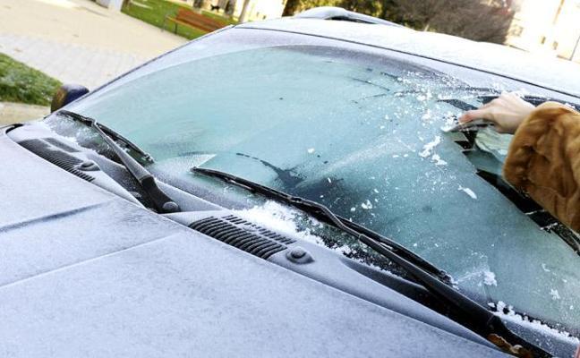 La forma más rápida y efectiva de limpiar el parabrisas congelado tras la nevada de ayer