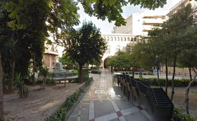 Árboles en un lateral y una fuente a ras de suelo, la nueva plaza Deán Mazas