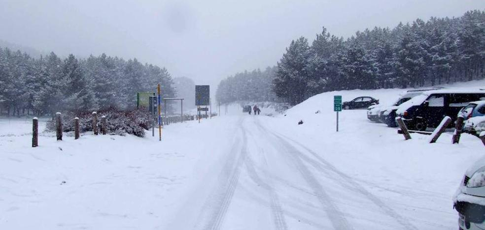 La acumulación de nieve en la calzada mantiene cerrado al tráfico el Puerto de la Ragua