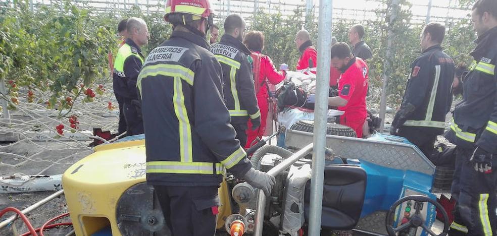 Rescatan a un agricultor tras quedar atrapado debajo de un tractor
