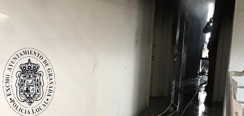 Un incendio calcina el salón de una vivienda frente al nuevo Los Cármenes