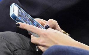 Puede ir a la cárcel por captar mensajes del móvil de su pareja para probar su infidelidad