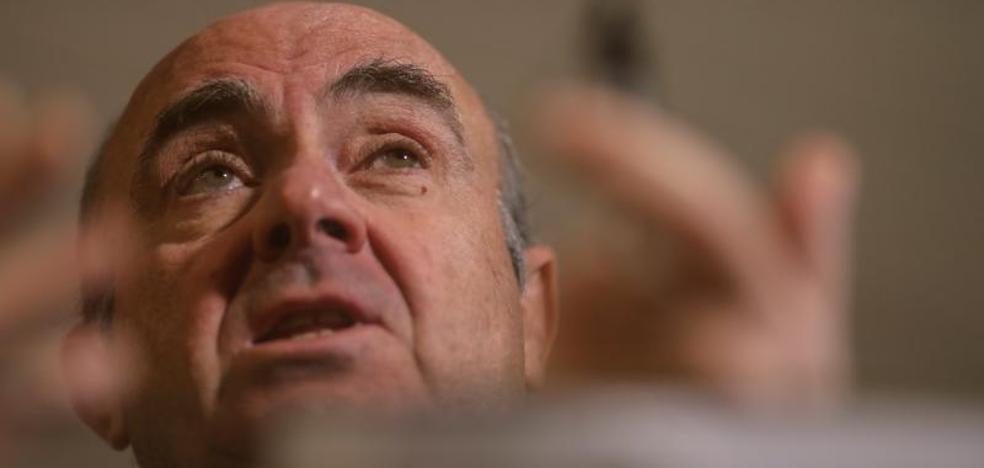 El PSOE exige a De Guindos que abandone ya el ministerio