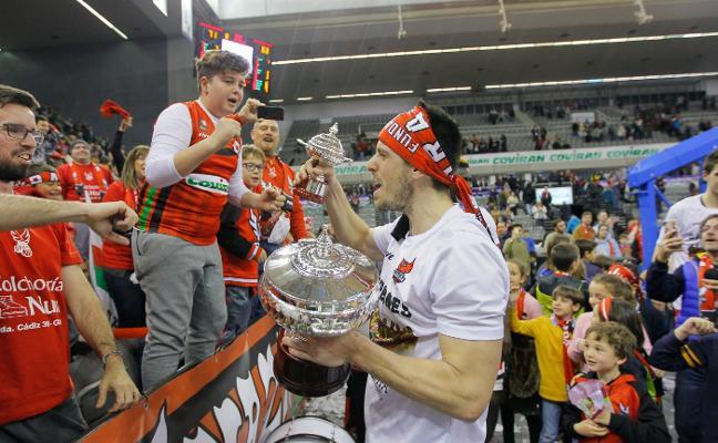 Los jugadores del Covirán Granada ofrecerán hoy la Copa LEB Plata a la ciudad