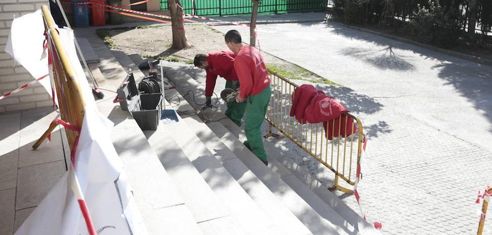 Trabajos 'exprés' para arreglar las escaleras del Colegio Luis Rosales