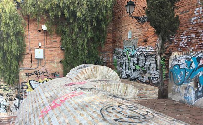 El aljibe del Zenete amanece lleno de pintadas un día después de su limpieza