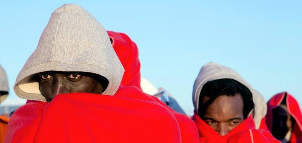 Trasladan a Motril a las 45 personas que llegaron a la isla de Alborán este viernes en una patera