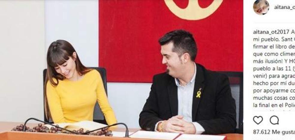 Lluvia de críticas a Aitana de OT por vestir de amarillo junto al alcalde de su pueblo