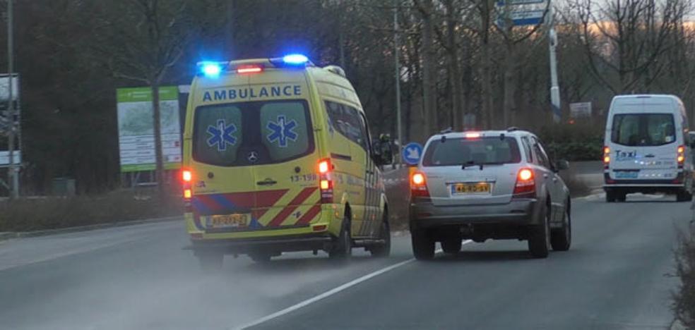 Indignación en la Red por este conductor que se pica con la ambulancia