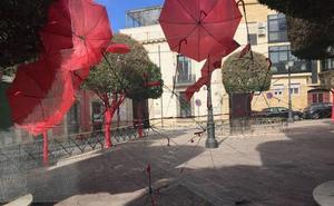 Los vecinos piden paraguas rojos y globos para recomponer lo destrozado por los vándalos