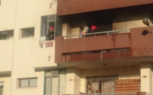 Arde un sofá y una persiana en un balcón de La Curva, en Adra