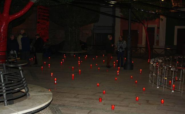 Los vecinos del Casco Histórico llenan la plaza de Campoamor de velas contra el vandalismo