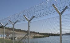 Rescatan a dos menores enganchados a concertinas en el puerto de Ceuta