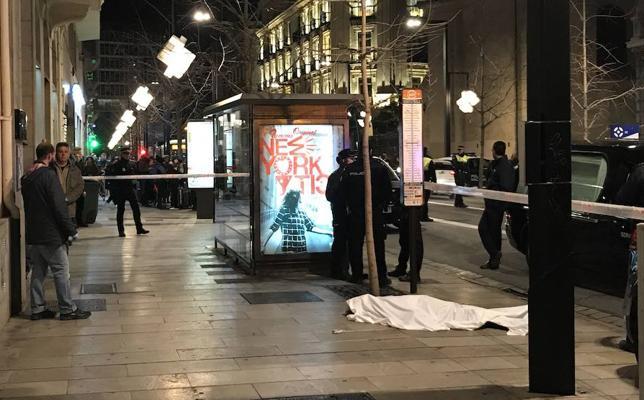 Revuelo en Gran Vía por la muerte de una mujer tras precipitarse de un edificio