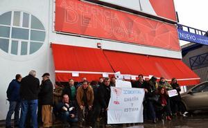Medio centenar de afectados por una franquicia dental se concentra en su sede en Granada