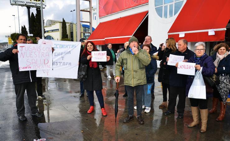 Los afectados por la clínica dental salen a la calle