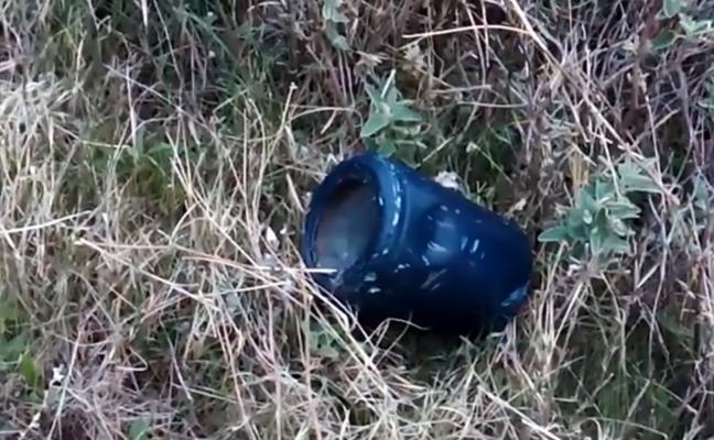 Alertan de la presencia de urnas funerarias tiradas en el campo